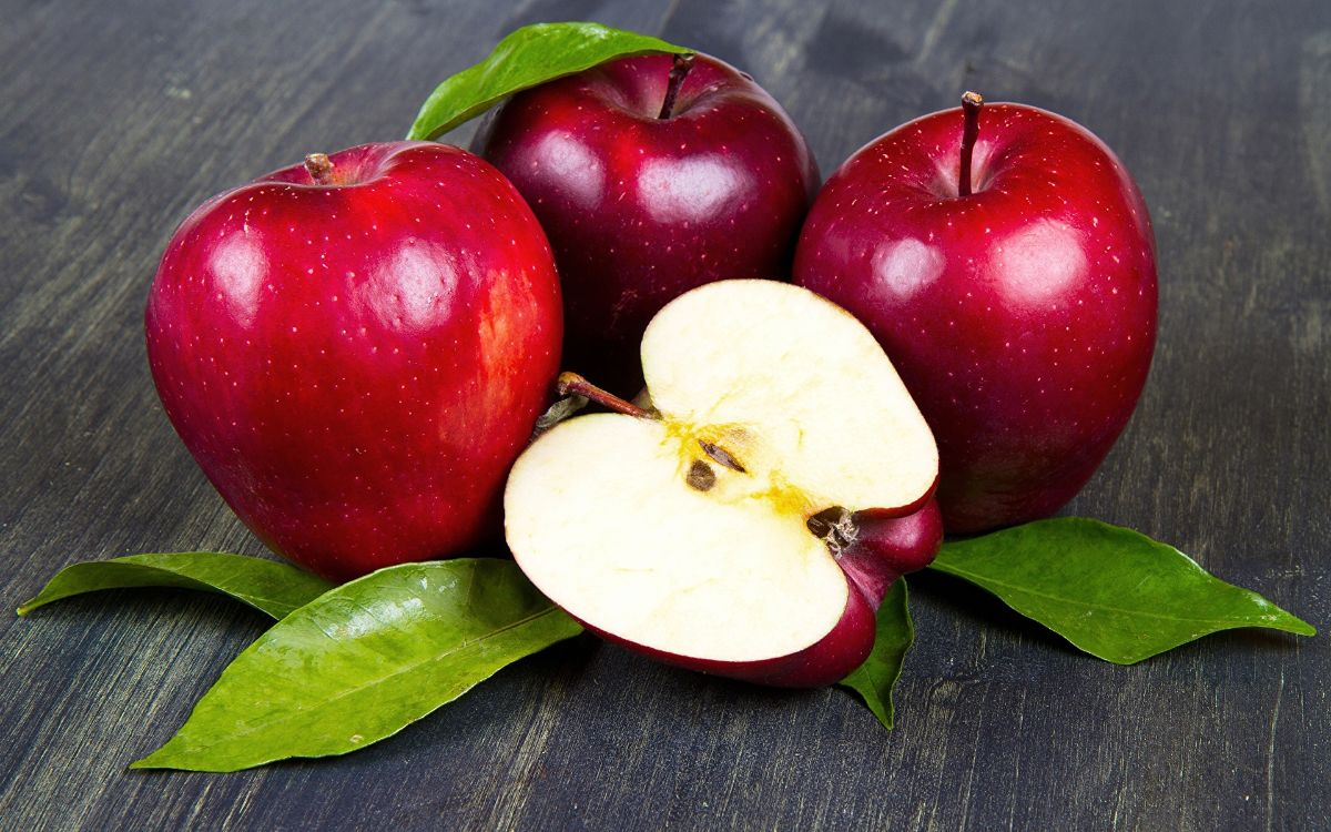 Яблоко. Чем полезно яблоко для здоровья. Какие витамины содержатся в яблоках. Содержание микроэлементов в яблоках. Лечение яблоками